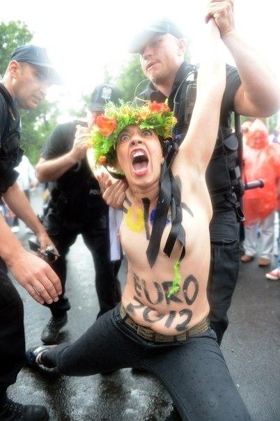 Голые Femen напали на кортеж премьер-министра - Цензор.НЕТ 3364