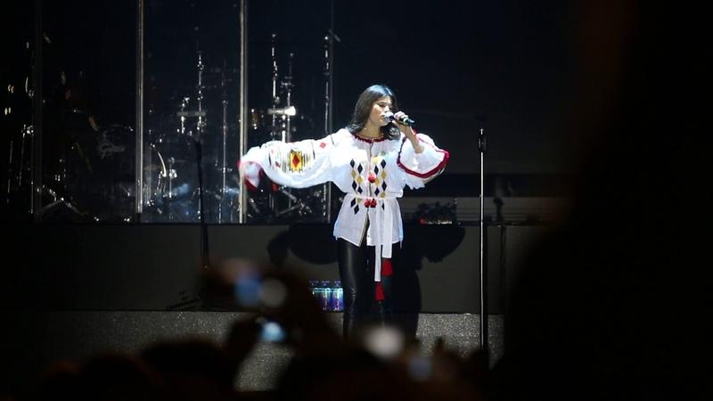 Мішель Андраде співає Гімн України перед виступом Enrique Iglesias на НСК Олімпійський
