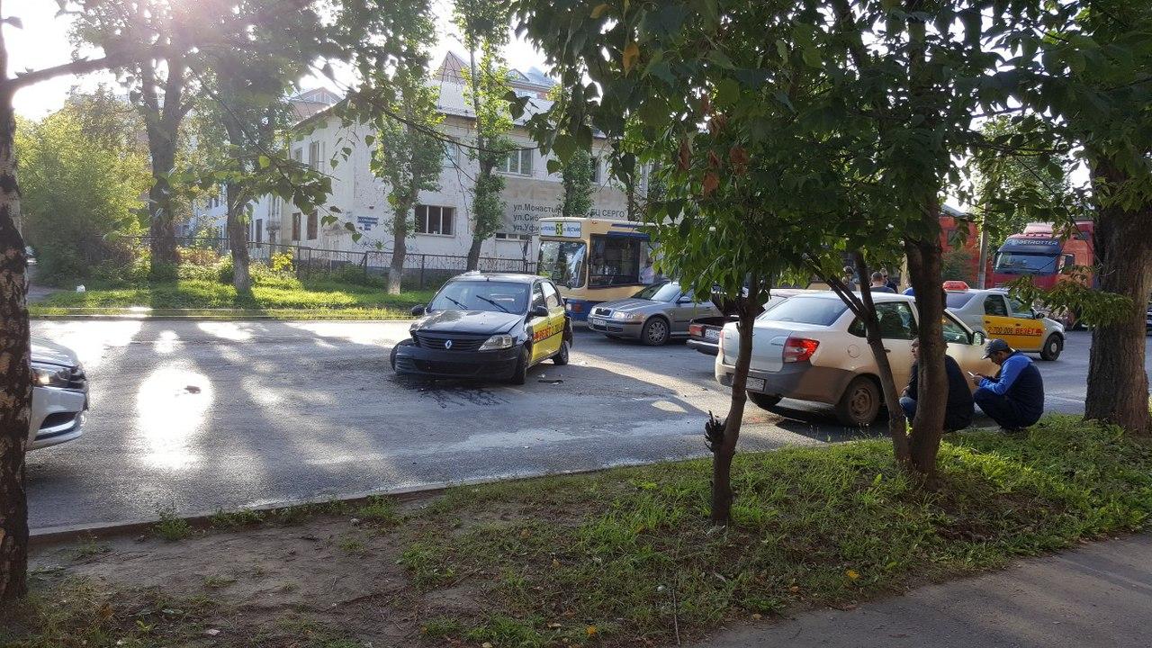 В Перми в ДТП с такси пострадали два человека