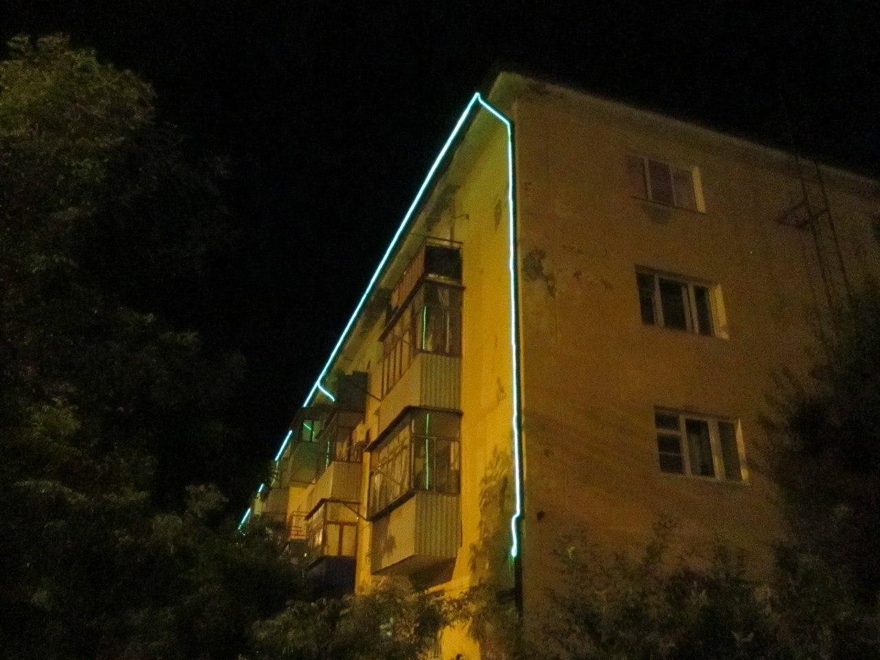 Дома с подсветкой в Новороссийске улыбали, как и машины с оной