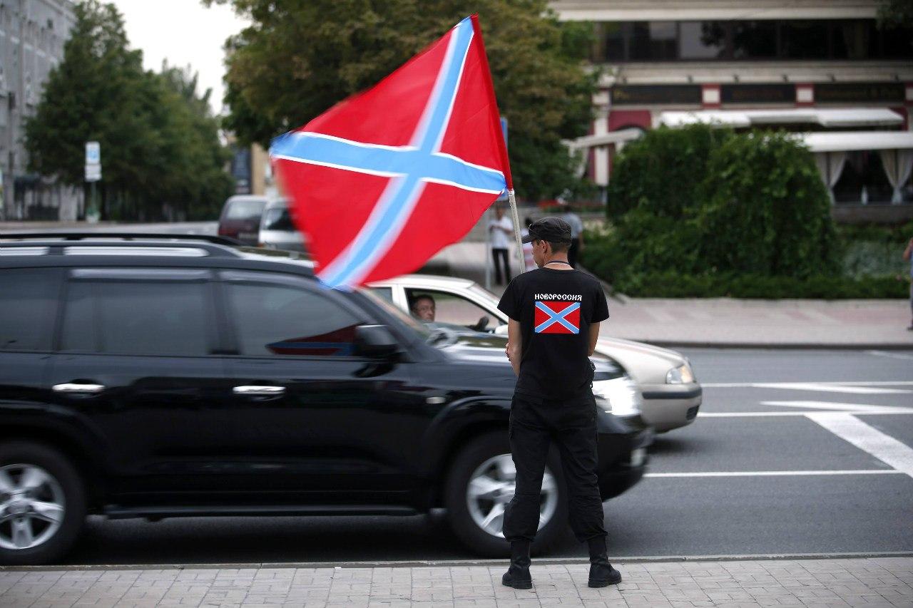 Флаги Новороссии на центральной площади Донецка
