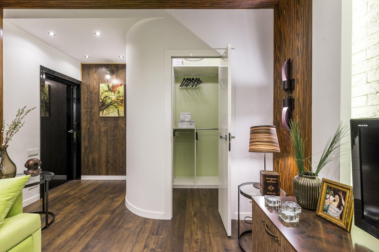 Интересный дизайн гостиной (19кв м) в стиле лофт , в которой нашлось место гардеробной площадью в 3кв м.