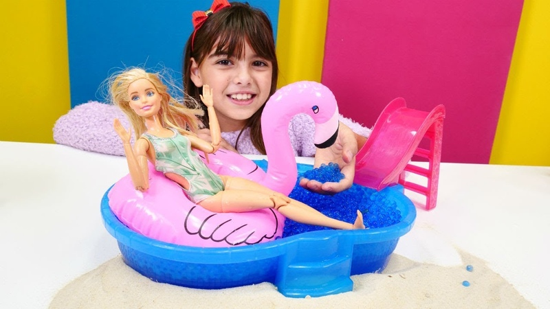 Barbie için kış gününde şişme flamingolu plaj kuruyoruz
