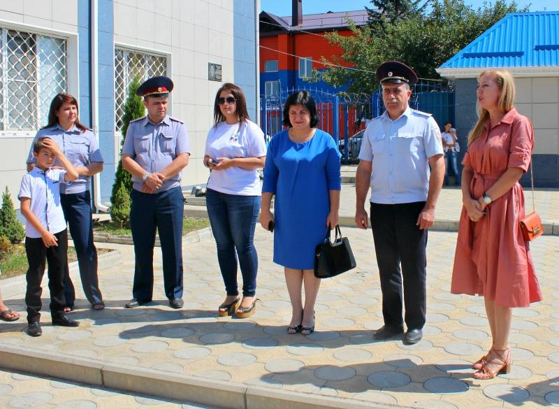 Полицейские обеспечили школьной одеждой и принадлежностями более 50 детей из Зеленчукского и Урупского районов