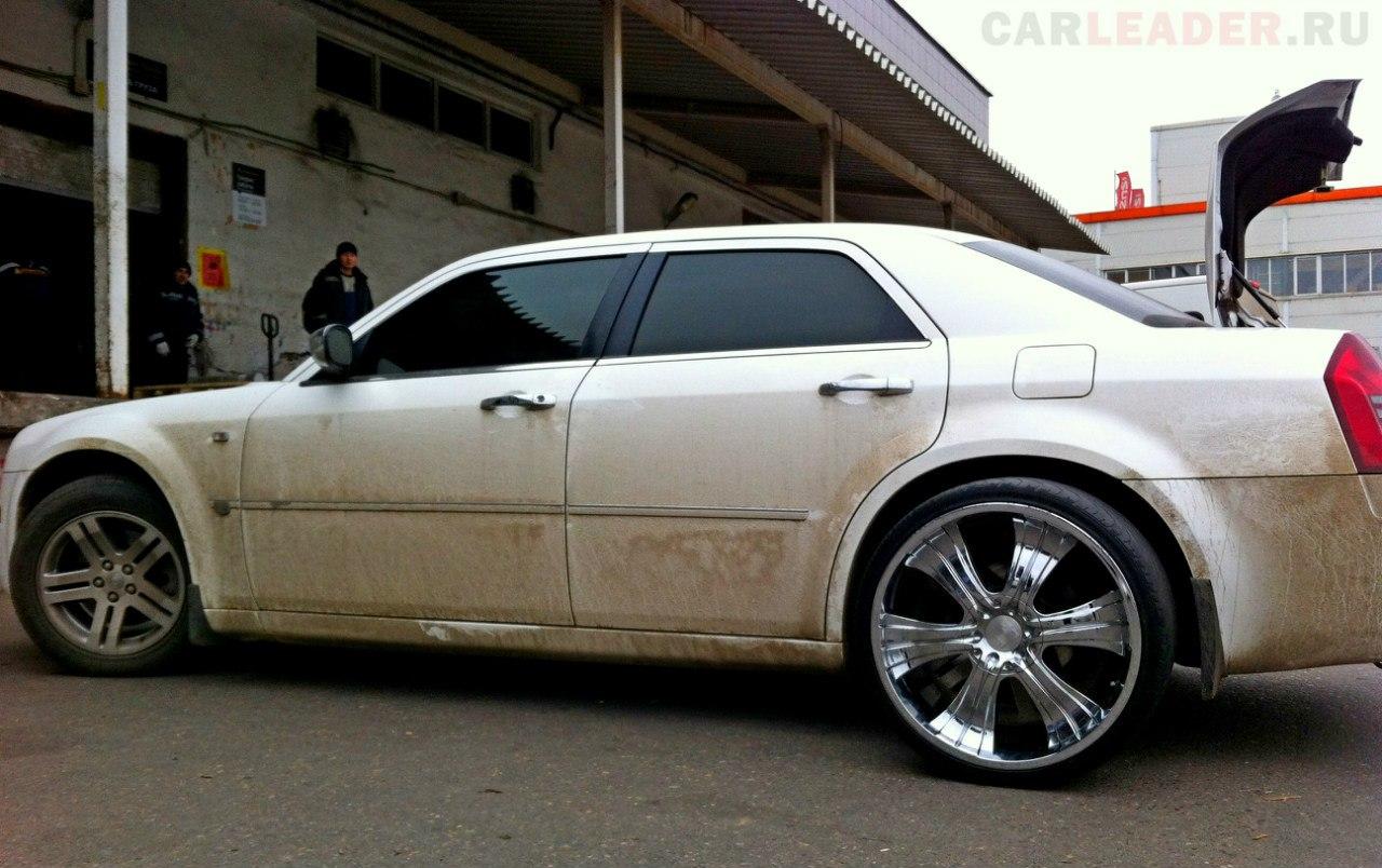 Примерно так 22-дюймовые японские коньки будут смотреться на Chrysler 300C