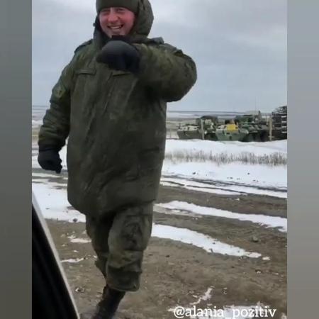 Мужчина в камуфляжной форме исполнил хонга в горах Северной Осетии