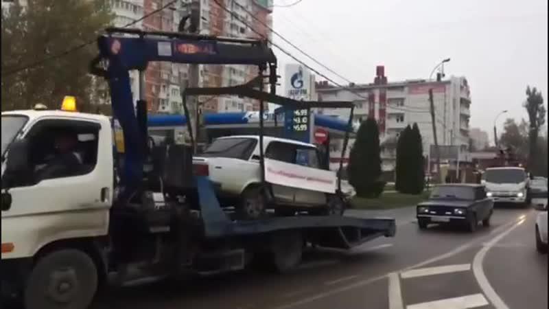 По Краснодару провезли инсталляцию - пострадавшие в авариях автомобили