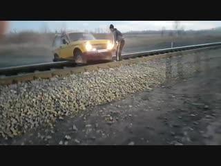 Поезд сбивает Ниву