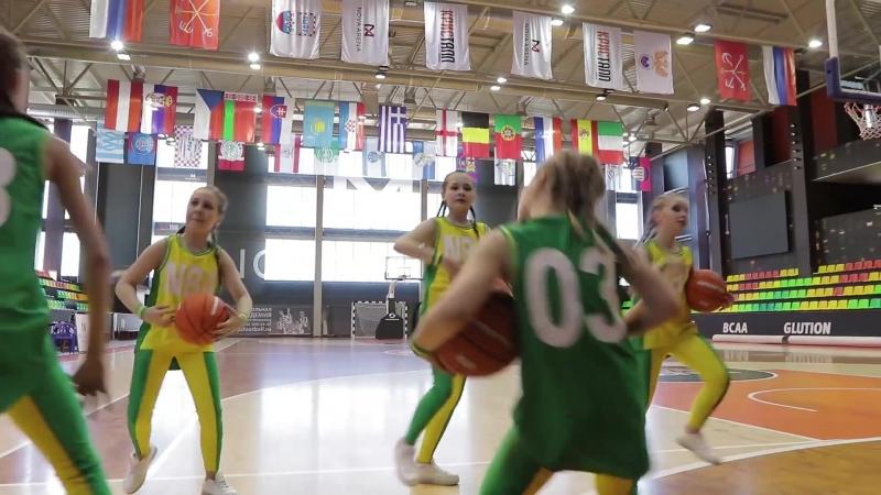 Девчачий танец с баскетбольными мячами.
