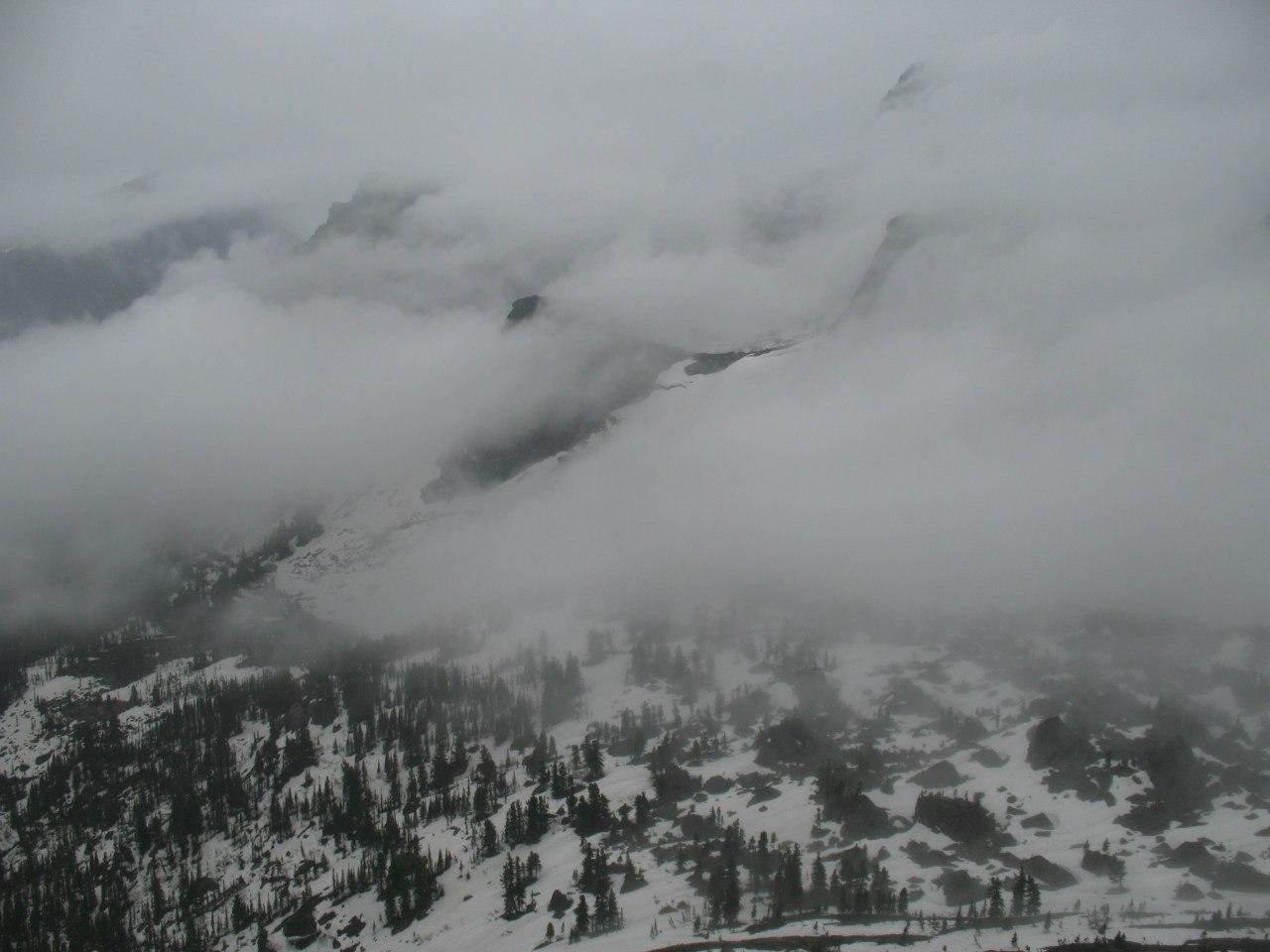 Долина Тайгиша, туман прячет параболу и озеро Художников
