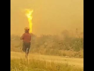 В Канаде торнадо отобрал шланг у пожарных, тушивших пожар