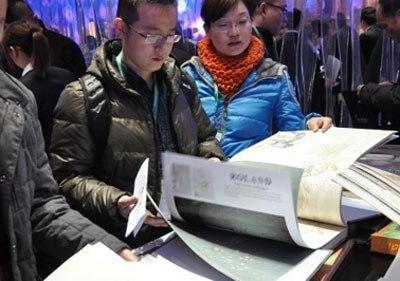 Сотрудник пекинского офиса собирает на выставке для Заказчика каталоги китайских производителей | Ассоциация предпринимателей Китая