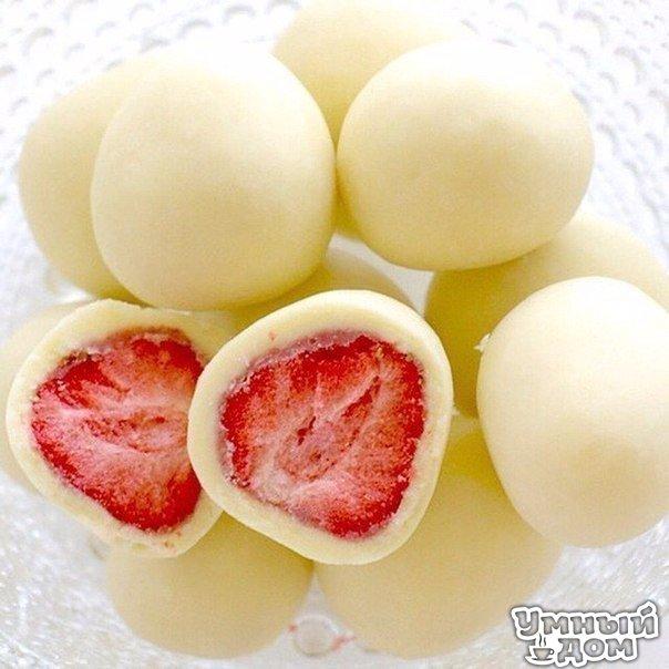 Замораживаем клубнику Опускаете клубнику в йогурт и кладете на пергамент в морозилку. Через час достаете и...наслаждаетесь вкусом) P.S. Это лакомство очень низкокалорийное,оценят даже те, кто на диете Умный дом - здесь находят ответы!
