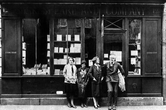 «Шекспир и Ко» легендарный книжный магазин на левом берегу Сены Он был открыт американкой Сильвией Бич в 1919 году на улице Дюпюитрен, а спустя три года перенесён в более просторное помещение на