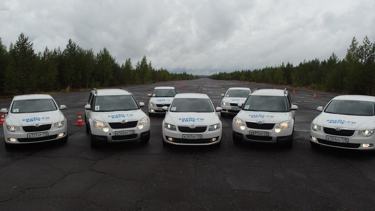 Фото разных автомобилей Skoda на занятии в Школе экстремального вождения