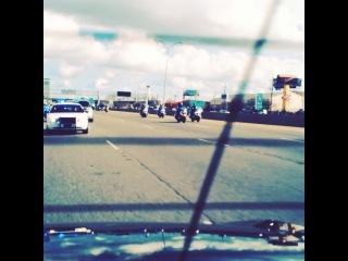 Норман едет в сопровождении полиции Нового Орлеана :)