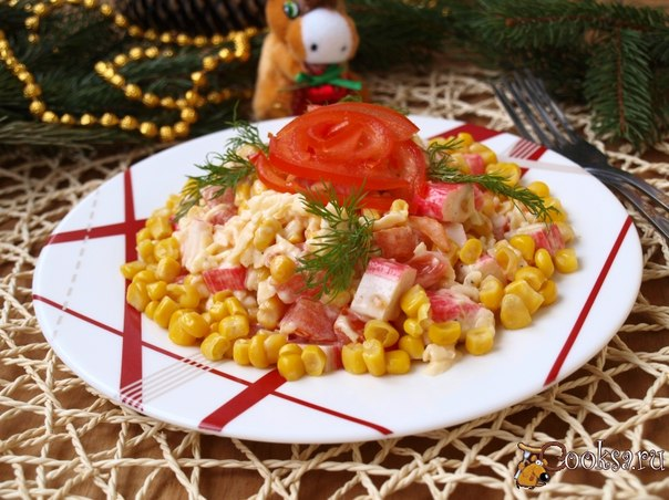 Вкусный салат из крабовых палочек с добавлением помидоров