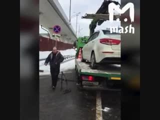 Москвичу хотели влепить штраф за парковку в неположенном, а он смылся — прямо с эвакуатора. К-к-комбо из штрафа в три тысячи и р