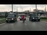 Краснодарец на велосипеде перекрыл улицу ради проезда с кортежем Gelandewagen