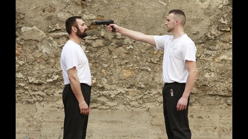 Krav Maga Riposter face à une arme par Eric Smith 3ème dan FFKDA