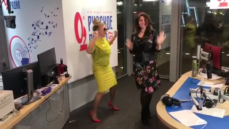 Долгожданные танцульки на russkoe_radio с любимейшей @alla_dovlatova ❤️😂🙈Танцуют все 😂😂😂😂👻🤷♀️💃🕺💃 Доброе Утро ☀️ всем на зарядку