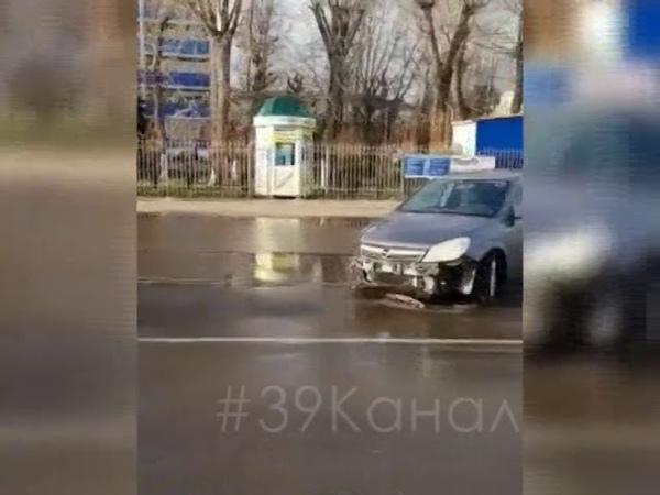 В Анапе девушка-водитель снесла электрический столб
