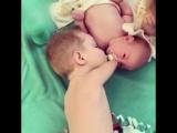Безрукий мальчик заботится о младшем братике