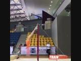 Юный гимнаст показывает класс