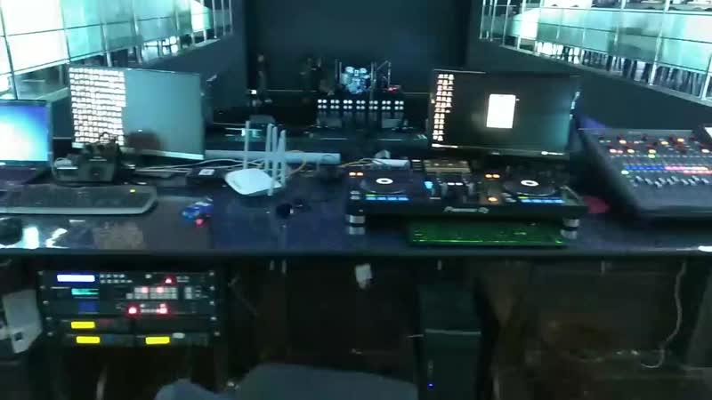 Рабочие места звукарей, световиков и ди-джеев...