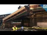 Скоростной поезд упал с моста в Вашингтоне