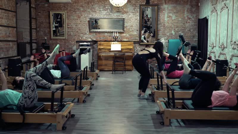 Упражнение Работа рук лёжа на спине - школа TopPilates