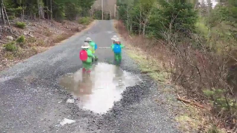 Діти бігають по калюжі