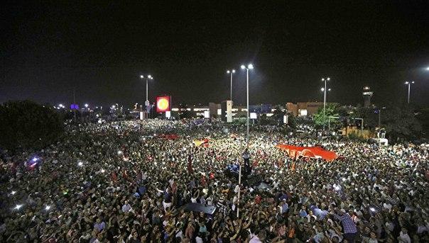В Турции число задержанных после мятежа превысило 13 тысяч человек, и задержания еще продолжаются, заявил премьер страны: http://ria.ru/world/20160723/1472722937.html