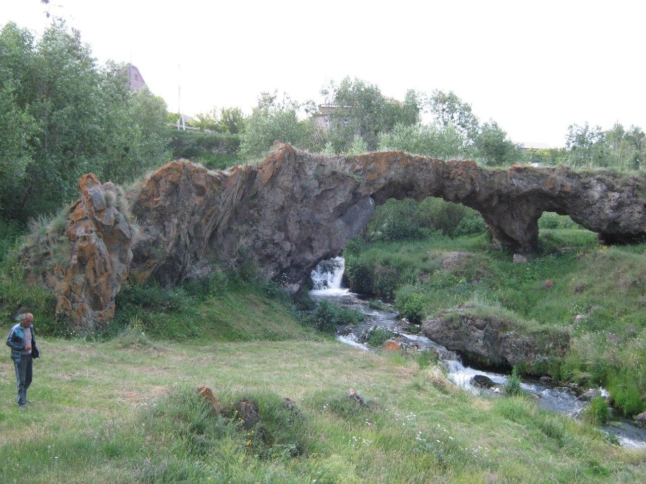 Естественный мост в Таккар