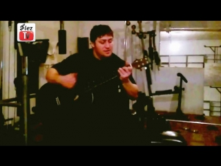 Асламбек Мусаев - силач из Чечни играет на гитаре