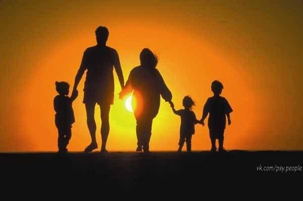 """Наверно в жизни главное - семья, Огонь свечи и уголок укромный… Чтоб утром слышать: """"Я люблю тебя!.."""", А ночью растворяться в страсти томной…  Наверно в жизни главное - уют, И детский смех, и ощущение счастья… Когда ты знаешь, что тебя там ждут! Есть кров, где можно переждать ненастье...   Еще по жизни важно понимать, Не наступать на грабли быта снова... Коней на переправе не менять... И до конца быть человеком слова!"""
