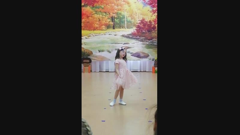 Даша поёт песню Маленькая Варенька на празднике осени в саду