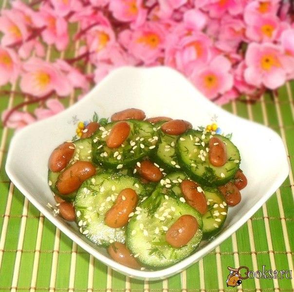 Очень простой в приготовлении салат из фасоли, свежих огурцов, зелени, с очень вкусной заправкой и кунжутом.