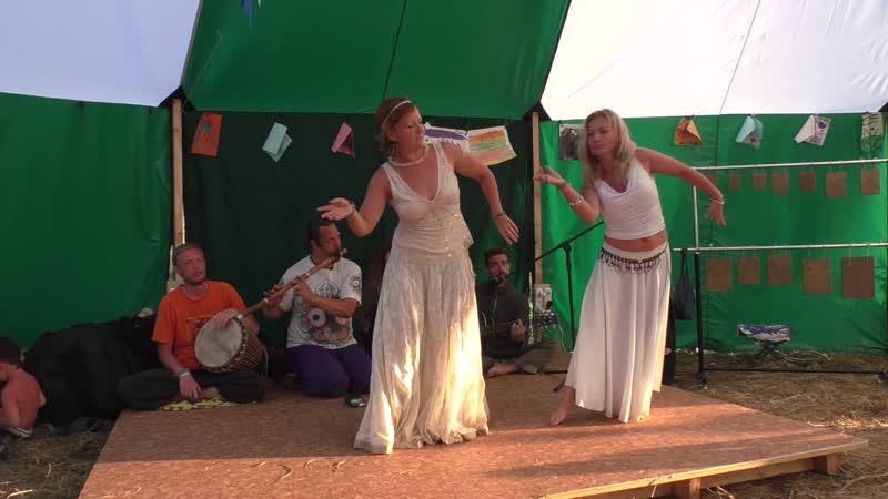 2 леди танцуют на закрытии ЖизниГрада-2016