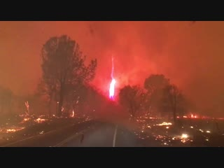 Огненный смерч на пожаре рядом с городом Парадайс в штате Калифорния (США, 8 ноября 2018).