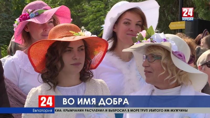 На набережной имени Терешковой в Евпатории тысячи людей приняли участие в акции Белый цветок