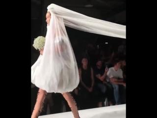 Джиджи Хадид в образе невесты на показе Moschino