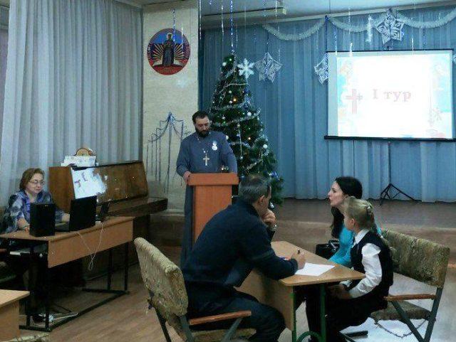 """Московские попы """"захватили"""" здание школы на Донбассе: """"Лица как у сектантов"""" (фото)"""