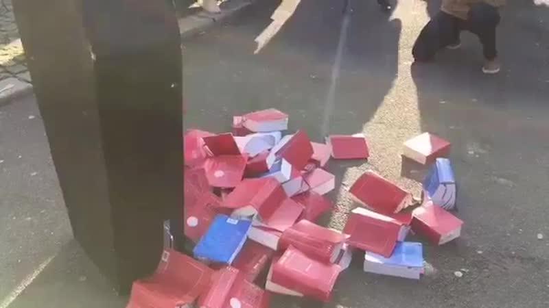 Юристы во Франции (Руан) бросают свои книги по праву на землю.