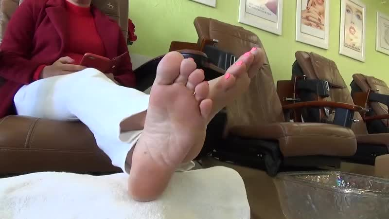 44 yo mature asian woman candid sexy soles in salon