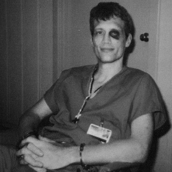 Марку ДеФристу было всего 19, когда в 1980 году его арестовали по наводке мачехи за «кражу» инструментов, которые он получил в наследство от отца, прежде чем само завещание успело ступить в силу.
