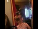 Маленькая девочка красится