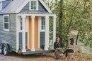 Небольшой домик на колесах для путешествий