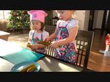 Алина и Юлиана готовят оливье