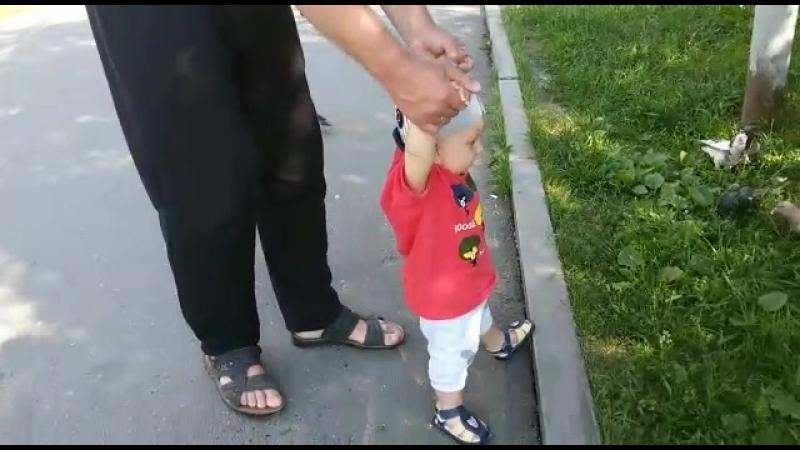 Дёмочка гуляет с бабулей и дедулей)